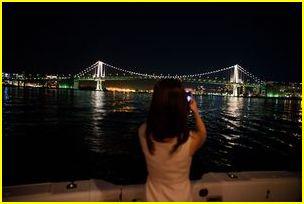 船上から写真を写すコンパニオン